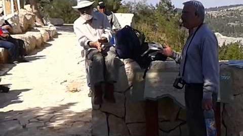 'עמיתים לטיולים' - ראובן שדה מסביר במשלט 22 (גבעת ח'תולה) על פיתחת שער הגיא. צילם עמית אררט