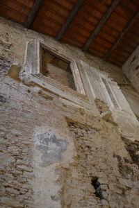 Monte savino1משקוף וצירי דלתות בגובה הקומה השלישית