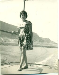 רבקה בסירה בים המלח 1968.jpg