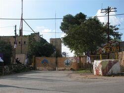 הכניסה ליישוב וברקע מבנה המשטרה הבריטית, 11/08 צילם:מיכאל יעקובסון