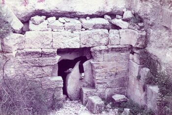 יושב על הגולל בכניסה למערת הקבורה