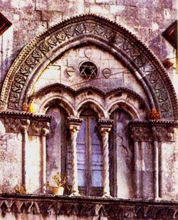 Trifora del Palazzo Mergulese-Montalto a Siracusa, del 1397, prima del restauro. La Stella di David è qui solo un elemento decorativo e non fa riferimento all'ebraismo