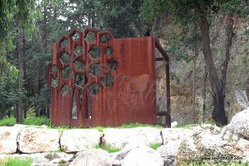 אנדרטה לזכר אנה פרנק. מזכיר חדר סגור ועץ הערמונים 33