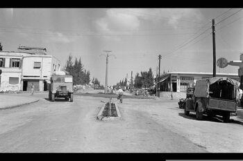 A GENERAL VIEW OF WEIZMAN STREET IN THE CENTER OF KFAR SABA. מראה כללי של מרכז המושבה כפר סבא (רחוב ויצמן).D585-004