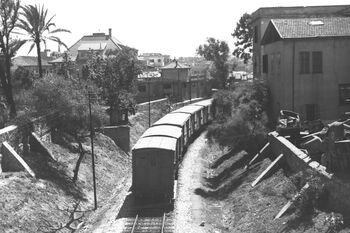 A GOODS TRAIN ON ITS WAY FROM TEL AVIV TO JAFFA. רכבת סחורות בדרכה מתל אביב ליפו.D26-032