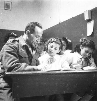 הבריגדה היהודית באיטליה, חיילים מלמדים פליטים יהודים בפירנצה-ZKlugerPhotos-00132pw-0907170685137dcc