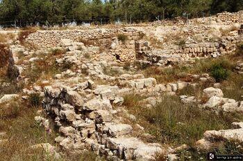 חדש - הגדר בשביל המטיילים להגנה מפני נפילות - כמו שהיה בזמן השלטון הירדני ונהרס