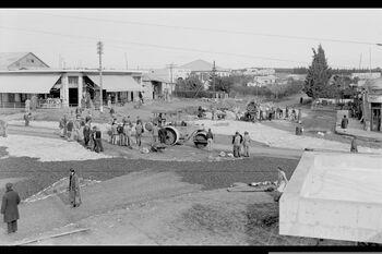 WORKERS CONSTRUCTING A ROAD ON WEIZMAN STREET IN KFAR SABA. סלילת רחוב ויצמן בעיר כפר סבא.D562-035