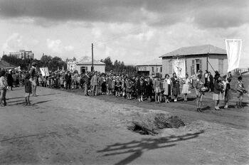YOUTH MARCHING IN A PARADE IN THE STREETS OF KFAR SABA. מפגן צעידה של בני נוער ברחוב הראשי של הישוב כפר סבא.D703-129