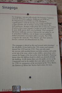 Monte savino1 3כתובת בכניסה לבית הכנסת