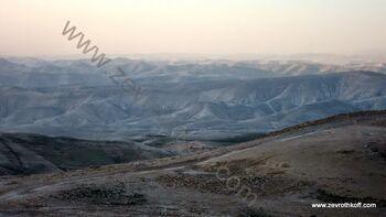 הר מונטר מבט לדרום. חדי עין רואים את מגדלי מר סבא בעמק נחל קדרון