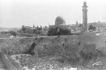 VIEW OF THE TEMPLE MOUNT IN JERUSALEM, LOOKING SOUTHWARD, DEPICTING THE DOME OF THE ROCK AND TO THE LEFT, THE AL AKSA MOSQUE, DURING THE OTTOMAN ERA. מראה כללי של הר הבית מכיו