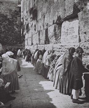 THE WAILING WALL (WESTERN WALL) IN THE OLD CITY OF JERUSALEM IN (COURTESY OF AMERICAN COLONY). מתפללים בכותל המערבי בעיר העתיקה בירושלים.D826-043