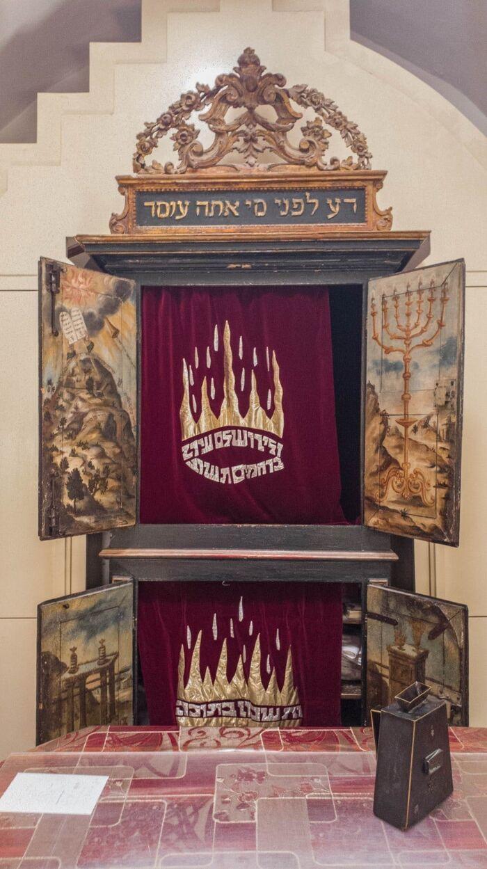 מעמד הר סיני בבית הכנסת ארון הקודש בבית הכנסת מנחם ציון.jpg