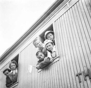 פליטי טהרן, בתחנת הרכבת בחדרה-ZKlugerPhotos-00132l8-090717068512ad73 (1)
