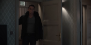 DARK 1x05 0024–Ulrich enters living room