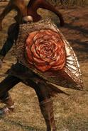 Треугольный щит с цветком в блоке