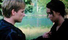 Peeta und Katniss in der Aren.jpg