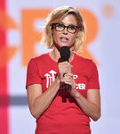Julie Bowen speaks at Stand Up to Cancer event