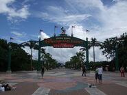 1200px-Hong Kong Disneyland Resort Entrance