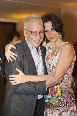 Mariana Lima ao lado de Marco Nanini na cerimônia de recebimento do Prêmio SHELL em que ambos foram premiados por suas interpretações na peça Pterodátilos..jpg