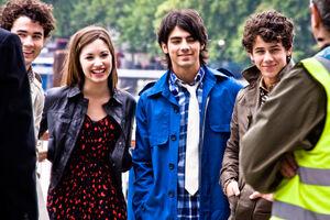 Jonas Brothers e Demi Lovato.jpg