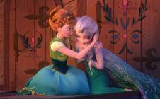 Screencap Frozen Fever Anna Elsa.jpg