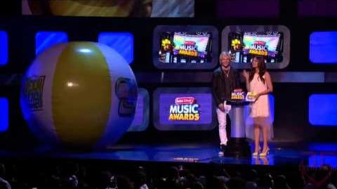 Ross Lynch & Maia Mitchell Present at the RDMAS (Best XOXO Crush Song) HD