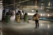 Три Далека и Доктор на космическом корабле