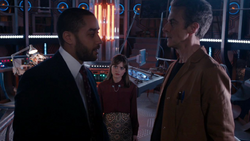 Danny en la TARDIS con Clara y el Doctor