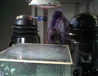 Daleks admirando sus armas biológicas.jpg
