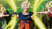 Goku se defiende de los ataques de Kale y Caulifla