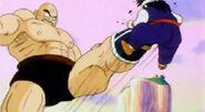 Nappa golpeando a Gohan