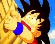 Goku escalando la torre