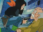 Androide Número 17 apunta con su pistola a un anciano