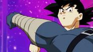 EP81DBS Bergamo golpea a Goku (Pero lo esquiva)