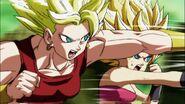 Caulifla y Kale atacan a Goku