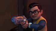 Leon menggunakan pistol berteknologi tinggi