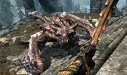 Dovahkiin atakujący legendarnego smoka (Skyrim)