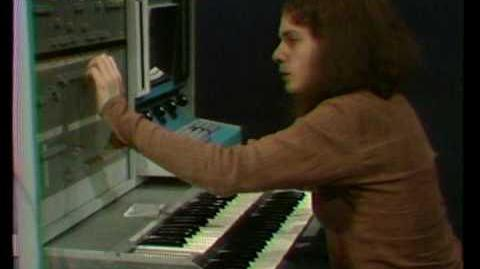 Laurie_Spiegel_plays_the_Alles_Machine