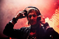 800px-David Guetta One Love Tour México.jpg