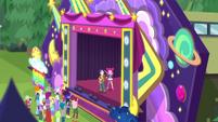 Pinkie waving to Applejack from stage CYOE15b