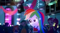Rainbow Dash signaling DJ Pon-3 SS3