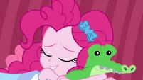 Pinkie Pie falls asleep with Gummy plushie EGDS3