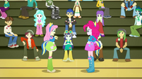 Pinkie, Fluttershy, and students in the gym SS4
