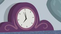Clock ticking on the fireplace EGDS3