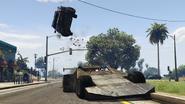 Ramp Buggy haciendo volar un auto de policía