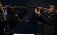 Luis bebiendo champagne