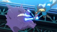EP1114 Lucario usando Ataque óseo para derrotar a Gengar