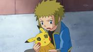 EP634 Pikachu debilitado en los hombros de lectro